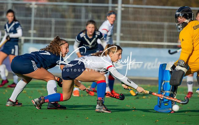 AMSTELVEEN - Miloe Jaeger (SCHC) en Anne Boer (Pinoke) zien de bal voorlangs het doel van Kiki Gunneman (Pinoke) gaan tijdens de competitie hoofdklasse hockeywedstrijd dames, Pinoke-SCHC (1-8) . COPYRIGHT KOEN SUYK