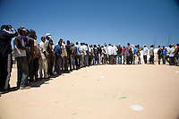 Tunisie RasDjir Camp UNHCR de refugies libyens a la frontiere entre Tunisie et Libye ....Tunisia Rasdjir UNHCR refugees camp  Tunisian and Libyan border   Queue pour le dejeuner....Waiting for the lunch Coda per il pranzo