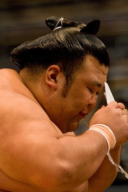Tournoi de sumo : Accroupi dans chaque coin, le lutteur en lice boit une coupe d'eau speciale (shikara-mizu) servie dans un petit recipient en osier.  ***  Sumo tournament : squat in a corner, the westler drinks a special water (shikara-mizu) from a bollus in willow