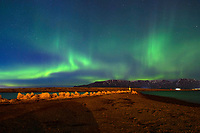 Polarlichter über der Halbinsel Geldinganes mit Blick auf den Gebirgszug Esja. Reykjvik, 07.03.2019