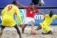 RAVENNA, ITALIA, 08 DE SETEMBRO DE 2011 - COPA DO MUNDO DE BEACH SOCCER -  Alan (C), de Portugal, disputa bola durante de partida contra Senegal, válida pelas quartas de final da Copa do Mundo de Beach Soccer, no Estádio Del Mare, em Ravenna, Itália, nesta quinta-feira (8). (FOTO: WILLIAM VOLCOV - NEWS FREE).