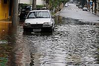 S&Atilde;O PAULO, SP, 07/01/2012, CHUVA EM SA&Otilde; PAULO.<br />  <br />  A forte e r&aacute;pida chuva que caiu sobre S&atilde;o Paulo deixou alguns pontos de alagamento, na foto a Rua Catarina Braida na Mooca.<br /> <br />  Luiz Guarnieri/ News Free