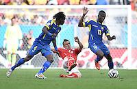 FUSSBALL WM 2014  VORRUNDE    Gruppe D     Schweiz - Ecuador                      15.06.2014 Xherdan Shaqiri (Mitte, Schweiz) gegen Juan Carlos Paredes (li) und Enner Valencia (re, beide Ecuador)