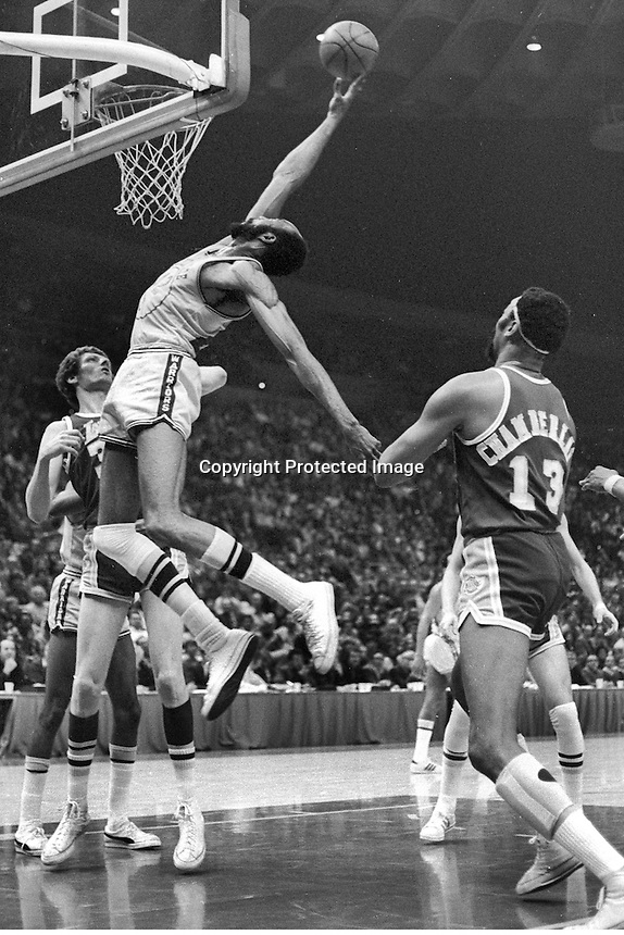 Golden State Warrior Nate Thurmond grabs rebound in front of Lakers Wilt Chamberlain. (1973 photo/Ron Riesterer)