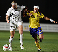 Abby Wambach (L) vies with Sara Thunebro (R) at the VRS Antonio Stadium in VRS Antonio, March 12, 2007, during the Algarve Women´s Cup soccer match between USA and Sweden. USA won 3-2.