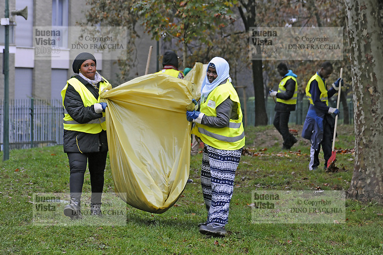 - Milano, novembre 2016, un gruppo di profughi e richiedenti asilo, nel quadro del programma di lavori volontari socialmente utili organizzato dal Comune di Milano, ripuliscono dalle foglie morte il Parco delle Basiliche<br />