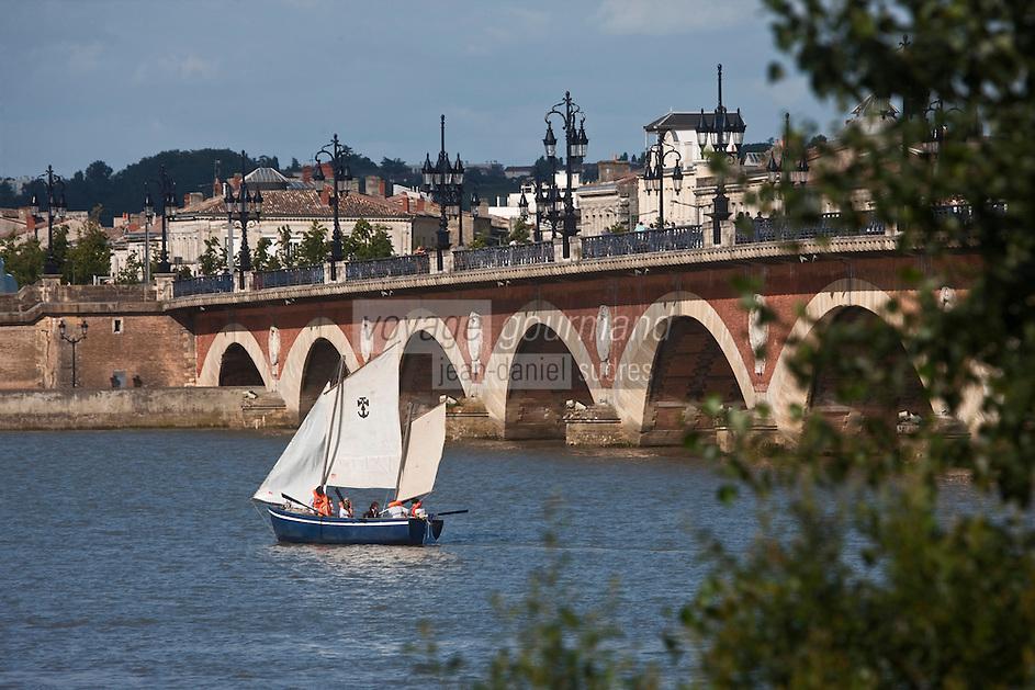 Europe/France/Aquitaine/33/Gironde/Bordeaux: Voiliers sur la Garonne lors de la Fête du Fleuve et le Pont de Pierre
