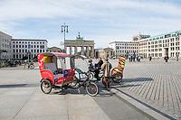 Die Auswirkungen der Corona-Krise sind zwei Tage nach Inkrafttreten der Anordnung des Senats, wonach Cafes, Kneipen, Museen, Ausstellungen, die Oper, die Universitaeten geschlossen wurden, im oeffentlichen Leben sichtbar. Bei Touristen beliebte Ausflugsziele und Plaetze sind verwaist.<br /> Im Bild: Fahrer von Fahrradtaxis (Rikschas) am Brandenburger Tor warten auf Fahrgaeste.<br /> 16.3.2020, Berlin<br /> Copyright: Christian-Ditsch.de<br /> [NUR FUER REDAKTIONELLE ZWECKE! Werbung nur auf Anfrage beim Fotografen. Inhaltsveraendernde Manipulation des Fotos nur nach ausdruecklicher Genehmigung des Fotografen. Vereinbarungen ueber Abtretung von Persoenlichkeitsrechten/Model Release der abgebildeten Person/Personen liegen nicht vor. NO MODEL RELEASE! Don't publish without copyright Christian-Ditsch.de, Veroeffentlichung nur mit Fotografennennung, sowie gegen Honorar, MwSt. und Beleg. Konto: I N G - D i B a, IBAN DE58500105175400192269, BIC INGDDEFFXXX, Kontakt: post@christian-ditsch.de<br /> Bei der Bearbeitung der Dateiinformationen darf die Urheberkennzeichnung in den EXIF- und  IPTC-Daten nicht entfernt werden, diese sind in digitalen Medien nach §95c UrhG rechtlich geschuetzt. Der Urhebervermerk wird gemaess §13 UrhG verlangt.]