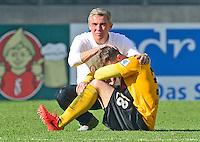 Fussball, 2. Bundesliga, Saison 2013/14, 34. Spieltag, Armina Bielefeld, Sonntag (11.05.14), Dresden, Gluecksgas Stadion. Dresdens Trainer Olaf Janssen troestet nach dem Abstieg Tobias Mueller.