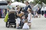 Foto: VidiPhoto<br /> <br /> ECHTELD &ndash; Terwijl doorsnee Nederlanders dinsdag massaal het water op zochten, was het op de reformatorische gezinsbeurs de Duikenburgse Dagen in Echteld dinsdag enorm druk. Ondanks de enorme hitte bezoeken orthodoxe-christenen tot en met donderdag massaal de doelgroepgericht openluchtbeurs voor het hele gezin. Tienduizenden bezoekers worden verwacht om er hun verantwoorde inkopen te doen: brocante, boeken, degelijke kleding als rokjes, jurken en maatpakken en natuurlijk... hoedjes. De Duikenburgse Dagen zijn eigenlijk een soort huishoudbeurs in het klein, maar dan zonder harde muziek en met een degelijk publiek. De Duikenburgse Dagen worden dit jaar voor de 25e keer gehouden. Hoewel iedereen welkom is, is het publiek is voornamelijk afkomstig uit de hele Bijbelbelt, van Zeeland tot Friesland.  Het succes wordt mede veroorzaakt doordat entree en parkeren er gratis is.