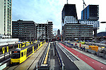 UTRECHT - In Utrecht is TN Sloopwerken uit Scharsterbrug (aan de voet van het nieuwe Stadskantoor) begonnen met het slopen van kantoorpand Cranenborch. Het middelste gebouw in een rijtje van drie, moet wijken voor de bouw van de nieuwe busbaan (HOV) en huidige tramlijn die tot voor kort via een tunnel onder het spoor doorging. Op de plaats van de ondertussen al gesloopte parkeergarage zijn momenteel al de (afgesloten) voet- en fietspaden aangelegd, even als het voorlopige eindstation van de tram. Kantoorgebouw Cranenborch vormde destijds rond 1970, samen met Beatrixgebouw en Holiday Inn de blikvangers van het vernieuwde stationsgebied. Vlak voor de vastgoedcrisis kocht de gemeente het pand voor ruim 30 miljoen om nu tot op de grond gelijk te maken. Als voorbereiding op de sloop is TN Sloopwerken ruim een half jaar bezig geweest met asbestsanering, het zorgvuldig strippen van het pand voor hergebruik, en lossnijden van naastliggende gebouwen. Daarvan worden momenteel de wanden vanuit een hoogwerker afgewerkt zodat de panden hun functie kunnen behouden. COPYRIGHT TON BORSBOOM