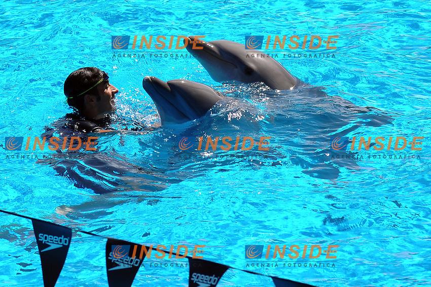 Filippo Magnini sfida i delfini in una gara di nuoto, vinta dai delfini.Roma 8/9/2011 Zoomarine Torvaianica.Foto Insidefoto Guido Aubry
