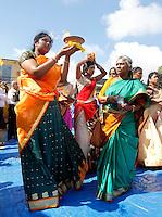 Nederland Den Helder  2016  06 26. Jaarlijkse tempelfeest bij de Hindoe tempel in Den Helder.. Vereniging Sri Varatharaja Selvavinayagar voltooide in 2003 het gebouw dat wordt gebruikt voor het bevorderen van kunst en cultuur. Een ander deel wordt gebruikt voor het praktiseren van religieuze waarden.  Voor de tempel vinden rituelen plaats. Vrouwen dragen schalen met vlammen .  Foto Berlinda van Dam /  Hollandse Hoogte