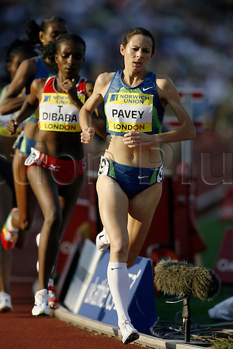 28 July 2006: British runner Joanne Pavey (GBR) competing in the Women's 3000m at the Norwich Union London Grand Prix held at Crystal Palace, London. Photo: Neil Tingle/Action Plus..060728 athletics athlete track run running