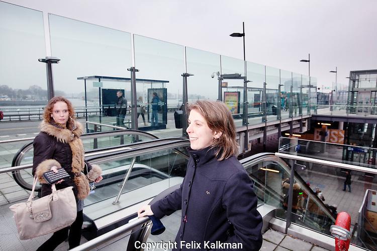 Amsterdam, 1 maart 2011.Renske Boelen, NS Poort.Favoriete plek: IJ-zijde Centraal Station.Foto Felix Kalkman