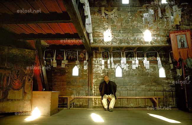 ROMANIA, Ieud, Maramures, 1983..Inside the old wood church built in 1364..ROUMANIE, Ieud, Maramures, 1983..Intérieur de l'église en bois de Ieud construite en 1364..© Andrei Pandele