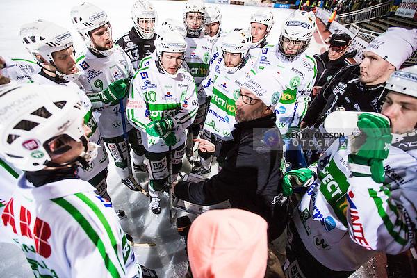 Stockholm 2014-03-05 Bandy SM-semifinal 3 Hammarby IF - V&auml;ster&aring;s SK :  <br /> V&auml;ster&aring;s tr&auml;nare Stefan &quot;Lillis&quot; Jonsson med V&auml;ster&aring;s spelare under en timeout i den andra halvleken<br /> (Foto: Kenta J&ouml;nsson) Nyckelord:  VSK Bajen HIF tr&auml;nare manager coach