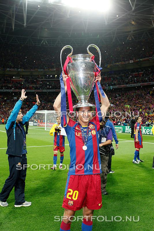 Engeland, Londen, 28 mei 2011.Champions League finale .Seizoen 2010-2011.FC Barcelona-Manchester United (3-1) .Ibrahim Afellay van FC Barcelona heeft de Europa Cup 1 op zijn hoofd gezet