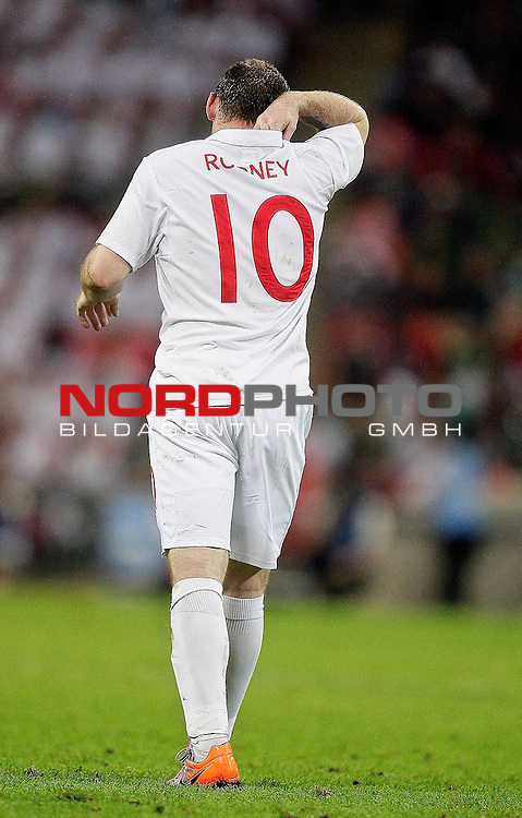 24.05.2010, Wembley Stadium, London, ENG, FIFA Worldcup Vorbereitung, Testspiel England vs Mexiko, im Bild Wayne Rooney of England with a painful shoulder .  Foto: nph /  IPS/ Marcello Pozzetti *** Local Caption *** Fotos sind ohne vorherigen schriftliche Zustimmung ausschliesslich f&uuml;r redaktionelle Publikationszwecke zu verwenden.<br /> <br /> Auf Anfrage in hoeherer Qualitaet/Aufloesung