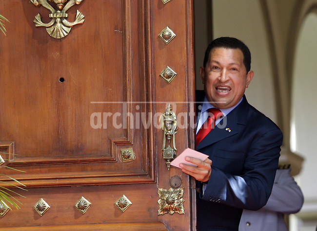 Venezuela: Caracas,21/01/09 .Venezuelan President Hugo Chavez jokes with the press hiding behind the door, in the Miraflores Palace in Caracas.Carlos Hernandez/Archivolatino