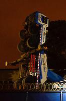SAO PAULO, SP, 14.02.2014 - ACIDENTE / OBRAS METRO -  Um guindaste que trabalhava em uma obra da linha 5-lilas tombou no inicio da noite desta sexta-feira, 14. O acidente ocorreu por volta das 18h50 na Avenida Adolfo Pinheiro, em Santo Amaro regiao sul de São Paulo.  A obra fica próxima da nova estação Adolfo Pinheiro, inaugurada anteontem. Ninguem ficou ferido. (Foto: Levi Bianco / Brazil Photo Press).