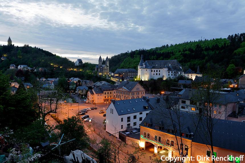 Blick über Clervaux mit Pfarrkirche und Burg, Luxemburg
