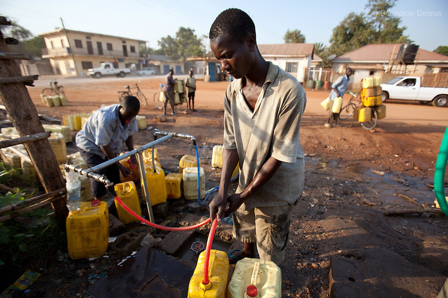11 januay 2011 - Juba, South Sudan - A southern sudanese man fills yellow plastic jerrycans to collect clean water as Ballots are counted following a weeklong independence referendum in Juba, the capital of Southern Sudan. Photo credit: Benedicte Desrus / Sipa Press