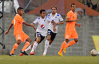 ENVIGADO -COLOMBIA-26-04-2015. Jhon Mendez (Izq) de Envigado FC disputa el balón con David Silva (Der) de Millonarios durante partido por la fecha 17 de la Liga Águila I 2015 realizado en el Polideportivo Sur de la ciudad de Envigado./ Jhon Mendez(L) of Envigado FC fights for the ball with David Silva(R) of Millonarios during match for the 17th date of the Aguila League I 2015 at Polideportivo Sur in Envigado city.  Photo: VizzorImage/León Monsalve/STR