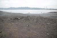 SAO PAULO, SP - 04.11.2014 - SECA | REPRESA GUARAPIRANGA - <br /> Região da represa do Guarapiranga amanhece com leve chuva <br /> nesta terça-feira (04), mas a represa ainda mantém nível <br /> baixo e apresenta novos bancos de areia, acúmulo de lixo e <br /> animais mortos. Segundo a última medição da Sabesp, o <br /> sistema Guarapiranga está com 38,4% e aumentou o desvio de <br /> água dele para atender a região da cidade atendida pelo <br /> sistema cantareira.<br /> <br /> <br /> (Foto: Fabricio Bomjardim / Brazil Photo Press)