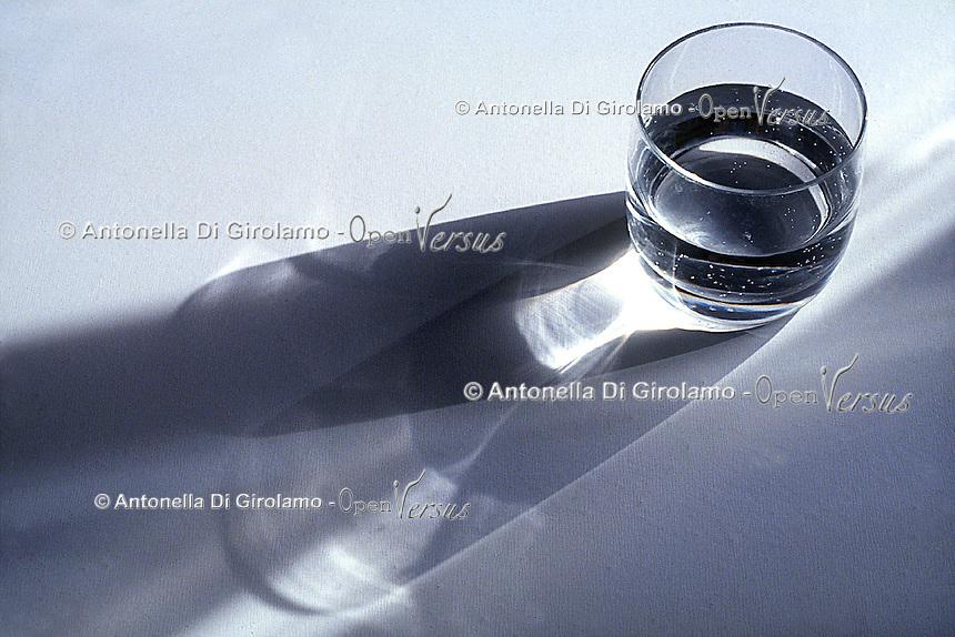 Cibi e bevande. Food and beverages. .Bicchiere di acqua..Glass of water....