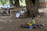BURKINA FASO, Sa Majeste Roi Gan, King Kamou Battou of local Kingdom of ethnie Gha  in village Obiré at audience under tree, behind his Nissan car / BURKINA FASO, lokales Koenigreich der Ethnie der Gha , Koenig Kamou Battou , 32 Jahre alt , 14 Frauen , 72 Kinder , 1 Nissan Kleinwagen im Dorf Obiré bei Audienz unterm Baum