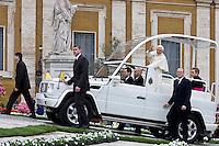 Papa Benedetto XVI al suo arrivo in Piazza San Pietro per l'udienza Generale del Mercoledì