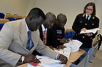 Ispettori di polizia del Gambia frequentano un corso di italiano per stranieri, presso l'Istituto per Ispettori di Polizia di Nettuno.<br />