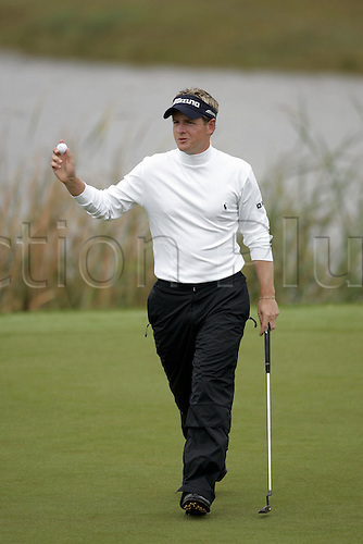19 November 2005:  English golfer Luke Donald (ENG) acknowledges the crowd after sinking his putt on the 12th green during the third round of the 2005 World Golf Championships, Victoria Clube de Golfe, Vilamoura, Portugal. Photo: Glyn Kirk/Actionplus....051119  man men golf.
