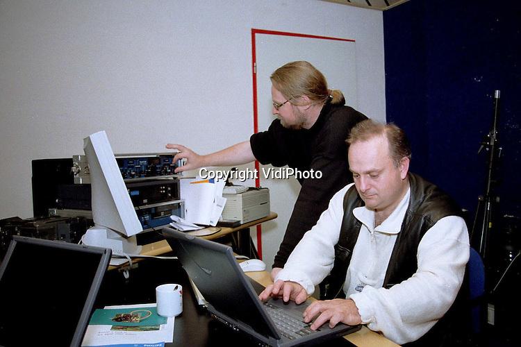 Foto: VidiPhoto..HARDERWIJK - Twee medewerkers van het mediaproductiebedrijf Transmission in Harderwijk gaan vanaf deze week radio-uitzendingen verzorgen in Albanie. Ze proberen daarmee Kosovaarse luchtelingen in de diverse kampen met hun families te verenigen. Met toestemming van de Albanese autoriteiten worden er een maand lang radio-uitzendingen verzorgd via de satelliet. Families die elkaar zijn kwijtgeraakt kunnen in het programma een oproep doen. De radio-uitzendingen van Transmission worden gesponsord door Nederlandse en Amerikaanse organisaties en particulieren. De werkzaamheden in de vluchtelingenkampen zijn niet zonder gevaar. De kostbare apparatuur oefent de nodige aantrekkingskracht uit op de Albanese maffia, vrezen de beide radiomensen. Daarom zullen er in Albanie gewapende bewakers worden ingehuurd om de spullen te beschermen. Foto: David Koster (l) en de uit Albanie afkomstige Andreas Opari controleren maandag, een dag voor vertrek, hun apparatuur. ..