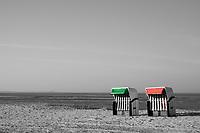 gruener und roter  Strandkorb: EUROPA, DEUTSCHLAND, NIEDERSACHSEN, 22.03.2015: gruener und roter  Strandkorb stehen am Strand der Nordsee.