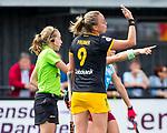 DEN BOSCH -  Laurine Delforge (Belg) stuurt Maartje Paumen (Den Bosch) weg met een groene kaart, tijdens  de finale van de EuroHockey Club Cup, Den Bosch-UHC Hamburg (2-1).  .COPYRIGHT KOEN SUYK