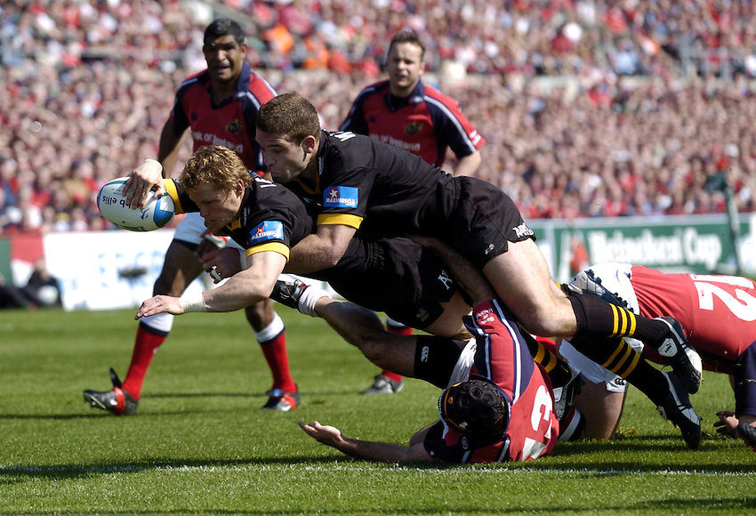 Photo. Richard Lane. .Munster v London Wasps. Heineken Cup Semi Final. 25/04/2004..Josh Lewsey reaches for an early try with help from Joe Worsley..