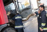 Feuerwehr in Qamishli, Rojava/Syrien.<br /> Von sieben Feuerwehr-Fahrzeugen die der YPG-Regierung in Qamishli zur Verfuegung stehen, ist nur eines funktionstuechtigt. Fuenf Fahrzeuge sind mit vorhandenen Mitteln nicht zu reparieren - Motorschaden, unbenutzbare Fahrerkabinen, defekte Stromleitungen.<br /> Zusaetzlich zumden Augaben der Feuerwehr muessen die 12 Feuerwehrmaenner - je 3 von ihnen arbeiten in 24-Stundenschichten - auch noch Wasser in Stadtteile ohne Wasserversorgung verteilen.<br /> Im Bild: Der arabische Feuerwehrmann Aziz (rechts) rueckt mit einem Kollegen zur Wasserverteilung aus.<br /> 15.12.2014, Qamishli/Rojava/Syrien<br /> Copyright: Christian-Ditsch.de<br /> [Inhaltsveraendernde Manipulation des Fotos nur nach ausdruecklicher Genehmigung des Fotografen. Vereinbarungen ueber Abtretung von Persoenlichkeitsrechten/Model Release der abgebildeten Person/Personen liegen nicht vor. NO MODEL RELEASE! Nur fuer Redaktionelle Zwecke. Don't publish without copyright Christian-Ditsch.de, Veroeffentlichung nur mit Fotografennennung, sowie gegen Honorar, MwSt. und Beleg. Konto: I N G - D i B a, IBAN DE58500105175400192269, BIC INGDDEFFXXX, Kontakt: post@christian-ditsch.de<br /> Bei der Bearbeitung der Dateiinformationen darf die Urheberkennzeichnung in den EXIF- und  IPTC-Daten nicht entfernt werden, diese sind in digitalen Medien nach &sect;95c UrhG rechtlich geschuetzt. Der Urhebervermerk wird gemaess &sect;13 UrhG verlangt.]