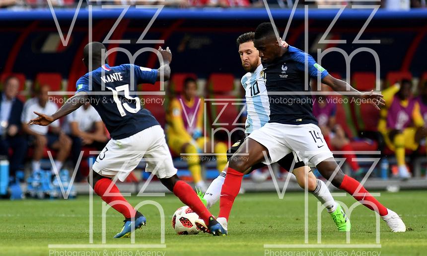 KAZAN - RUSIA, 30-06-2018: Ngolo KANTE (Izq) y Blaise MATUIDI (Der) jugadores de Francia disputan el balón con Lionel MESSI (C) (C)jugador de Argentina durante partido de octavos de final por la Copa Mundial de la FIFA Rusia 2018 jugado en el estadio Kazan Arena en Kazán, Rusia. / Ngolo KANTE (L) and Blaise MATUIDI (R) player of France fights the ball with Lionel MESSI (C) (C) player of Argentina during match of the round of 16 for the FIFA World Cup Russia 2018 played at Kazan Arena stadium in Kazan, Russia. Photo: VizzorImage / Julian Medina / Cont