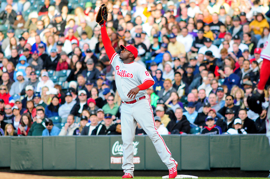 April 11, 2009: Phillies 1st baseman and 2009 National League Most Valuable Player candidate Ryan Howard stretches to snag a ball for an out at first base during a game between the Philadelphia Phillies and the Colorado Rockies at Coors Field in Denver, Colorado. The Phillies beat the Rockies 8-4.