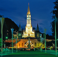 France, Midi-Pyrenees, Departement Hautes-Pyrenees, Lourdes: famous for the Marian apparitions of Our Lady of Lourdes, Rosary Basilica at dusk (Basilique du Rosaire) | Frankreich, Midi-Pyrénées, Département Hautes-Pyrénées, Lourdes: Wallfahrtsort und Ort der Marienerscheinung, Rosenkranzbasilika (Basilique du Rosaire) am Abend
