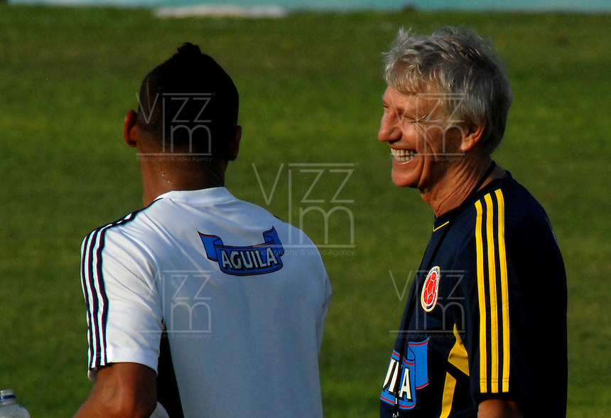BARRANQUILLA, COLOMBIA - 19-03-2013: José Pekerman (Der.) entrenador de la Selección Colombia sonríe con Carlos Valdes (Izq.) durante entreno en Barranquilla, marzo 19 de 2103. El equipo colombiano se prepara en Barranquilla para los partidos contra Bolivia el 22 de marzo y Venezuela el 26 de marzo, partidos clasificatorios a la Copa Mundial de la FIFA Brasil 2014. (Foto: VizzorImage / Luis Ramírez / Staff). Jose Pekerman (R), coach of the Colombian national team smiles with Carlos Valdes (L) coach of the Colombian national team during a training session in Barranquilla on March 19, 2012. The Colombia team prepares for the games against Bolivia next March 23 and Venezuela on March 26, matchs qualifying for the FIFA World cup Brazil 2014. (Photo: VizzorImage / Luis Ramirez/ Staff).