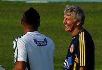 BARRANQUILLA, COLOMBIA - 19-03-2013: José Pekerman (Der.) entrenador de la Selección Colombia sonríe con Carlos Valdes (Izq.) durante entreno en Barranquilla, marzo 19 de 2103. El equipo colombiano se prepara en Barranquilla para los partidos contra Bolivia el 22 de marzo y Venezuela el 26 de marzo, partidos clasificatorios a la Copa Mundial de la FIFA Brasil 2014. (Foto: VizzorImage / Luis Ramírez / Staff). Jose Pekerman (R), coach of the Colombian national team smiles with Carlos Valdes (L) coach of the Colombian national team during a training session in Barranquilla on March 19, 2012. The Colombia team prepares for the games against Bolivia next March 23 and Venezuela on March 26, matchs qualifying for the FIFA World cup Brazil 2014. (Photo: VizzorImage / Luis Ramirez/ Staff).