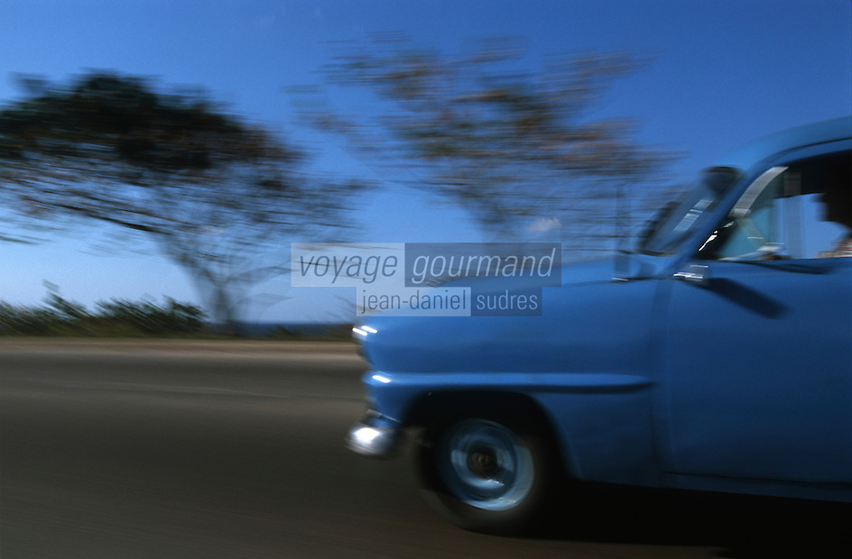Cuba/Env La Havane/Santa Maria del Mar: Vieille voiture américaine sur la route de la plage