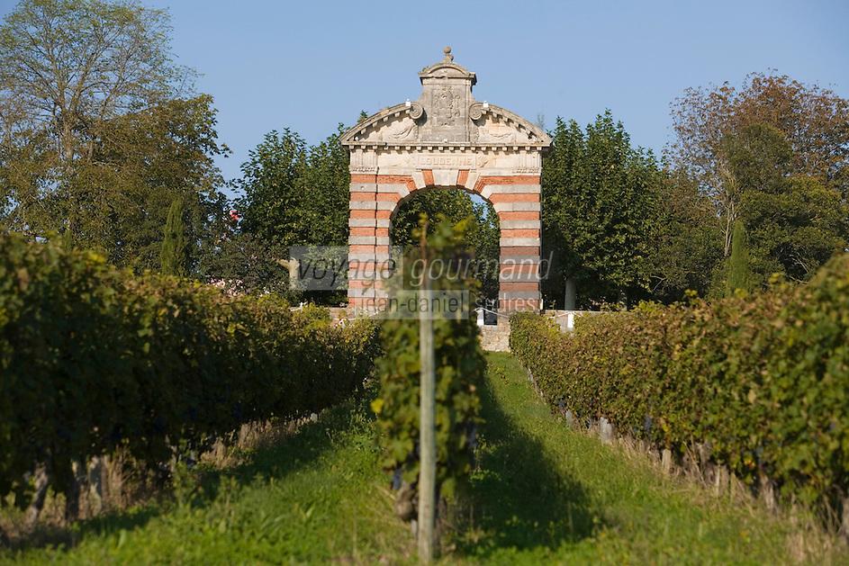 Europe/France/Aquitaine/33/Gironde/Saint-Yzans-de-Médoc: Château  Loudenne, Médoc Cru Bourgeois- les vignes  et  le Portail du   Château  Charteuse du 17ème siècle