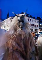 Italien, Sued-Tirol (Alto Adige), Meran: Altstadt weihnachtlich geschmueckt zur Adventszeit, Krampusse streifen durch die Gassen und erschrecken die Menschen   Italy, Alto Adige (South Tyrol), Merano: christmas decoration at old town