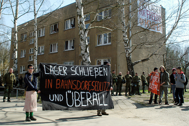 Protest gegen Fluechtlingslager in Bahnsdorf / Brandenburg<br /> Anlaesslich eines europaweiten Aktionstages protestierten ca. 100 Menschen gegen das als &quot;Dschungelheim&quot; bezeichnete Fluechtlingslager in Bahnsdorf im Land Brandenburg.<br /> Das Fluechtlingslager Bahnsdorf ist eine der Fluechtlingsunterkuenfte, die nach Angabe von Menscherechtsaktivisten nicht im geringsten den EU-Mindestnormen entsprechen. Bereits im Jahr 2004 hatte eine internationale Delegation die menschenunwuerdige Unterbringung massiv kritisiert. Seit dem 6. Februar muss die in den EU-Richtlinien vorgesehen Mindesnormen in nationales Recht umgesetzt sein. Davon ist in Bahnsdorf nach Aussage der Fluechtlinge nichts zu spueren.<br /> In Bahnsdorf leben mehrere hundert Fluechtlinge isoliert mitten im Wald auf einem verfallenen Ex-NVA-Militaergelaende.<br /> Aufgerufen zu dem Protest hatte das bundesweite Buendnis &quot;NoLager&quot;.<br /> 2.4.2005, Bahnsdorf/Brandenburg<br /> Copyright: Christian-Ditsch.de<br /> [Inhaltsveraendernde Manipulation des Fotos nur nach ausdruecklicher Genehmigung des Fotografen. Vereinbarungen ueber Abtretung von Persoenlichkeitsrechten/Model Release der abgebildeten Person/Personen liegen nicht vor. NO MODEL RELEASE! Nur fuer Redaktionelle Zwecke. Don't publish without copyright Christian-Ditsch.de, Veroeffentlichung nur mit Fotografennennung, sowie gegen Honorar, MwSt. und Beleg. Konto: I N G - D i B a, IBAN DE58500105175400192269, BIC INGDDEFFXXX, Kontakt: post@christian-ditsch.de<br /> Bei der Bearbeitung der Dateiinformationen darf die Urheberkennzeichnung in den EXIF- und  IPTC-Daten nicht entfernt werden, diese sind in digitalen Medien nach &sect;95c UrhG rechtlich geschuetzt. Der Urhebervermerk wird gemaess &sect;13 UrhG verlangt.]