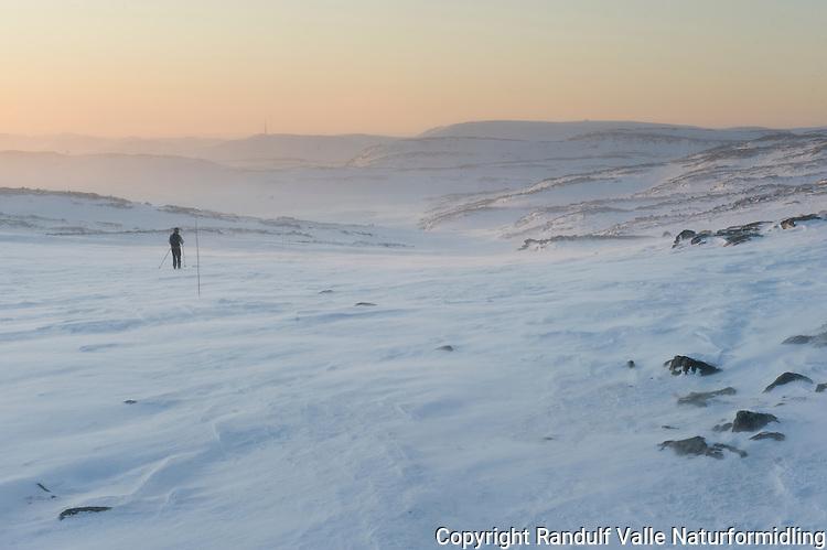 Skiløpet på Kvaløya i Hammerfest Kommune en ruskete vinterkveld. ---- Skier im mountain landscape a winter evening.