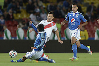 BOGOTÁ -COLOMBIA, 16-07-2014. Fabian Vargas (Izq) jugador de Millonarios (COL) disputa un balón con Sebastian Driussi (Der) jugador de River Plate (ARG) durante partido en homenaje al fallecido futbolista argentino Alfredo Di Stéfano jugado en el estadio Nemesio Camacho El Campín de la ciudad de Bogotá./ Fabian Vargas (L) player of Millonarios (COL) fights for the ball with Sebastian Driussi (R) player of River Plate (ARG) during match in honor of the deceased argentinean soccer player Alfredo Di Stefano played at Nemesio Camacho El Campin stadium in Bogotá city. Photo: VizzorImage/ Gabriel Aponte / Staff